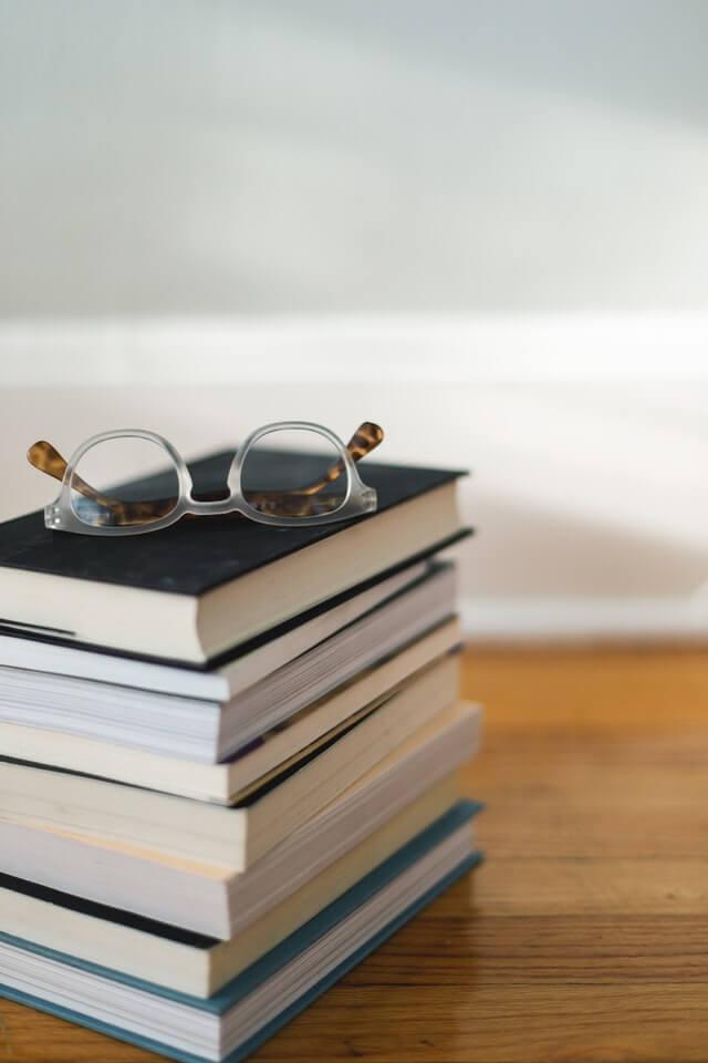 pile de livres marketing sur table